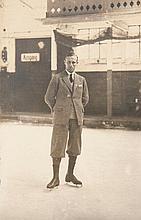 Sammlung von 85 OPhotographien (Vintages, Silbergelatine Abzüge) aus dem Besitz der Münchener Eiskunstläuferin Josse Ruppauer. Ca. 1910-1930. Versch. Formate zwischen ca. 5 x 8 cm und 17 x 22 cm. Mont. in Lwd.-Album mit Kordelbindung (berieben,