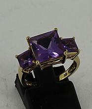 9ct yellow gold ring with 3 Amethyst col