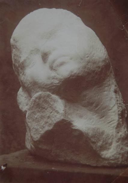 Constantin BRANCUSI (1876-1957).Le supplice III, 1907.Rare épreuve argentique d'époque.Mention à la mine de plomb au dos de l'épreuve par Constantin Brancusi « Supliciu- Fragment (marmora) ».14,4 × 10,2 cm.Provenance : Collection particulière de