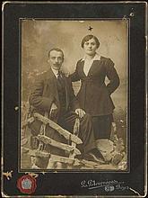 Σ. ΣΤΟΥΡΝΑΡΑΣ, Βόλος cabinet photo of the early 20th century, studio portrait of a couple. Size: 11x15 cm. Thick carton with logo with awards on back.