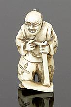 Netsuke Japan. - Bauer - Elfenbein. H. 5 cm. ...