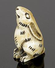 Netsuke Japan. - Hase - Elfenbein. H. 4,5 cm.