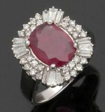 Damenring mit einem Rubin und Diamanten. ...