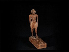 DIGNITAIRE AVEC LES CARTOUCHES DU PHARAON AMENHOTEP III  Dignitaire, vêtu d'un pagne, marchant sur  un socle quadrangulaire gravé des cartouches  d'Amenhotep III  Egypte, Nouvel Empire