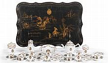 SERVICE À THÉ AUX ARMES DE LA FAMILLE RIQUET Chine, Compagnie des Indes, vers 1760-1780 MATÉRIAUX Porcelaine et laque Plateau : L. 87 cm, P. 59 cm Restaurations
