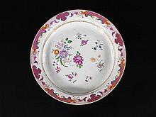 GRAND PLAT CENTRE DE TABLE FORMANT PIQUE-FLEURS Compagnie des Indes, XVIIIe siècle MATÉRIAUX Porcelaine H. 6,5 cm, oe 44,5 cm