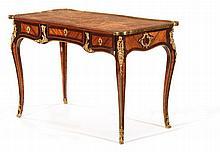 BUREAU DE DAME Paris, époque Louis XV MATÉRIAUX Bâti de chêne, bois de rose, amarante, bronzes dorés et cuir H . 76 cm, L. 117,5 cm, P. 60,5 cm Petits manques