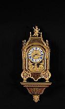 PENDULE DITE « RELIGIEUSE » ET SA CONSOLE D'APPLIQUE Paris, époque Régence, vers 1720 MATÉRIAUX: Ecaille, laiton, cuivre, bronzes dorés et émail Mouvement signé BALTHAZAR MARTINOT à PARIS H. 95 cm, L. 39,5 cm, P. 19 cm