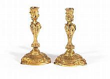PAIRE DE FLAMBEAUX D'après un modèle de Juste-Aurèle MeISSONNIeR (1695-1750) Paris, époque Louis XV, vers 1740 MATÉRIAUX Bronzes dorés dans leur dorure d'origine H. 23,5 cm, diam. 13 cm