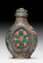 A SILVER SNUFFBOTTLE DECORATED WITH MALACHIT AND CORAL INLAYS.