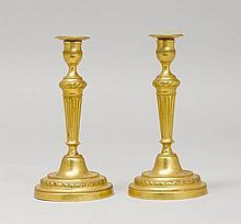 1 PAAR KERZENSTÖCKE, Louis XVI, Frankreich.Bronze.