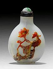ZWEI SNUFFBOTTLES MIT ÜBERFANG. China, H 5,2 und 5,5 cm.a) Opakes, caramelfarbenes Glas mit olivgrünem Überfang mit Trauben und Eichhörnchen. Karneolstopper. b) Milchig-weisses Glas mit blauem Blumenüberfang auf der einen und rotbraun-meliertem