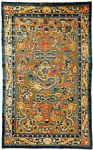 PALAST-TEPPICH AUS DER VERBOTENEN STADT. China, späte Qing-Dynastie, 252x153 cm.Seide und Metallfäden. Im Zentrum ein frontal abgebildeter fünfklauiger Drache, umgeben von vier weiteren in den Ecken. Dazwischen Wolken sowie die acht buddhistischen