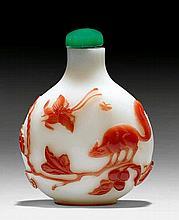 ZWEI YANGZHOU-STIL SNUFFBOTTLES. China, H 5,6 und 6 cm.a) Gelbes Kampferglas mit braunem Überfang von Blumen in Töpfen. Korallenstopper, Löffel verloren. b) Opakes, weisses Glas mit rotem Überfang von Trauben, Eichhörnchen und Schmetterling.