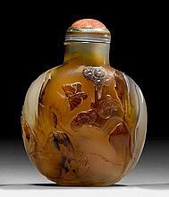 ACHAT-SNUFF BOTTLE MIT SCHMETTERLINGSDEKOR. China, H 5,5 cm.Bauchige Form. Der eingeschnitzte Dekor nützt die dunklen Flecken auf einer Schauseite für die Zeichnung der tanzenden Schmetterlinge, auf der anderen Seite schaut ein Tiger gespannt auf