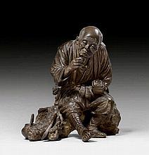 RASTENDER ALTER BAUER. Japan, Meiji-Periode, H 30,5 cm.Dunkel patinierte Bronze. Der ermüdete Mann hat sich auf einem knorrigen Baumstrunk niedergelassen und sich eine Schale Tee eingeschenkt. In der Linken hält er eine bereits geöffnete Lunchbox,
