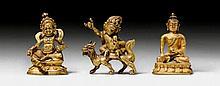 DREI MINIATURFIGUREN FÜR REISEALTARE. Tibeto-chinesisch, H 4 cm.Feuervergoldete Messingbronze. Der Reichtumsgott Kubera, Buddha Shakyamuni mit seiner Almosenschale und Sitajambhala auf dem Drachen reitend. (3)