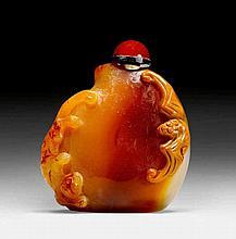 ACHAT-SNUFFBOTTLE. China, 20. Jh. H 4,7 cm.In Form eines Pfirsichs. Im Relief eine Fledermaus und ein Chilong. Karneol-Stopper. Ohne Löffel.