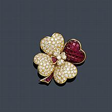 RUBY AND DIAMOND CLIP BROOCH. Yellow gold 750.
