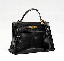 HERMES Paris. SAC 'Kelly' 32 cm en box noir, garniture en métal plaqu