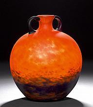SCHNEIDER  HENKELVASE, um 1930  Oranges Glas mit blauen Einschmelzungen. Kugelform. Signiert Schneider. H. 26 cm.