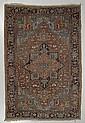 HERIZ antik. Rotgrundig mit Zentralmedaillon, in