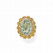 PRASIOLITH-CITRIN-DIAMANT-RING.Gelbgold 585.Attraktiver Ring, die Schauseite besetzt mit 1 ovalen Prasiolith von ca. 32.00 ct in Brillantentourage, zusätzlich zweireihige Umrahmung aus 28 Citrin-Carrés und kleinen Brillanten. Gesamtgewicht der