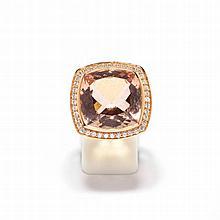 MORGANIT-DIAMANT-RING.Roségold 750.Attraktiver, moderner Ring, die Schauseite besetzt mit 1 antik-ovalen Morganit von ca. 19.50 ct in Brillantentourage. Gesamtgewicht der Diamanten ca. 0.60 ct. Gr. ca. 53.