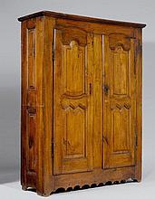 SCHRANK, Louis XIV, Frankreich, 18. Jh.Eiche. Rechteckiger Korpus auf ausgeschnittener Zarge. Front mit 2 doppelt kassettierten Türen. Eisenbeschläge. 142x47x178 cm. 1 Schlüsselschild fehlt.