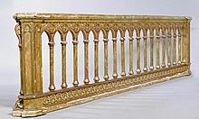 BALLUSTRADE, Historismus, in Anlehnung an die Gotik, Italien.Hartholz grün marmoriert und teils vergoldet. Rechteckig mit spitzbogenförmiger Versprossung. L 326, H 80 cm. Berieben.