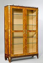 VITRINE, Louis XVI, Frankreich um 1790.Rosenholz und Palisander eingelegt in rechteckigen Reserven und Filets. Rechteckiger Korpus auf gerader Zarge und Dreieckfüssen. Front mit verglasten Doppeltüren. Graues Marmorblatt. Bronze- und