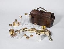 REISENECESSAIRE, Schweiz, um 1900.Glas und Silber vergoldet, Meistermarke Bossard. In Kroko-Ledertasche. Bestand: 11 Glasflaschen, 6 Dosen, 3 Bürste, 1 Handspiegel.