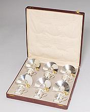 MOCCASERVICE, Deutschland 20. Jh.Sechs Tassen mit Untertellern und Porzellaneinsätzen sowie Löffelchen. Zus. ca. 465 g.