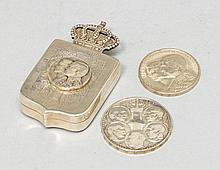 DOSE SOWIE ZWEI MÜNZEN, Griechenland 20. Jh.Die Dose war Geschenk an die geladenen Gäste anlässlich der Hochzeitsfeierlichkeiten von Konstantin II mit Anne-Marie von Dänemark am 18.9.1964. Dazu zwei griechische Gedenkmünzen.