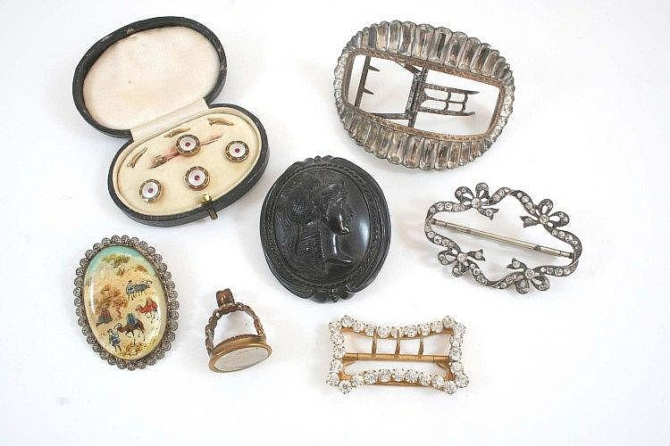 A QUANTITY OF JEWELLERY including a cased set of