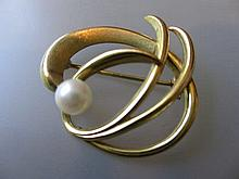9ct Gold cultured pearl set brooch of abstract design