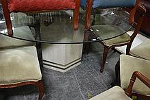 Hexagonal Base Glass op Dining Table