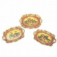 Tre vassoietti in legno laccato raffiguranti scene