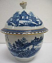 18th century Worcester covered bowl 13cms Ht