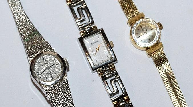 A LADIES 9CT GOLD OMEGA WRIST WATCH AND STRAP with