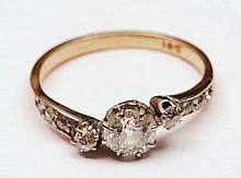18ct gold ring with solitaire diamond setting with further