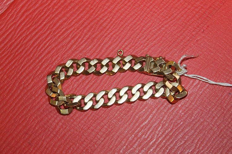 AN 18K GOLD BRACELET of chain link form, 46 grams