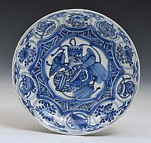 A CHINESE PORCELAIN KRAAK BLUE AND WHITE SAUCER DISH painted with a central scroll, leaves and tasse
