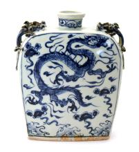 A BLUE AND WHITE FLAT PORCELAIN VASE DECORATED WITH DRAGON