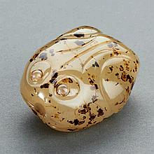 A CHINESE AGATE FROG-SHAPED SNUFF BOTTLE