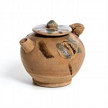 Teapot with a 'bird'-shaped lid in Chinese Sancai terracotta