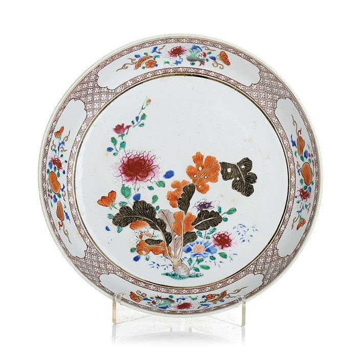 Round saucer in porcelain Famille Rose