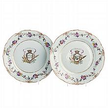 Pair of plates with coat of arms in Chinese porcelain