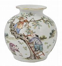 A CHINESE FAMILLE VERTE PORCELAIN ROULEAU VASE, KANGXI (1662-1722)