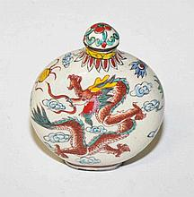 AN ATTRACTIVE POLYCHROME DECORATED CHINESE PORCELAIN SNUFF BOTTLE, decorate